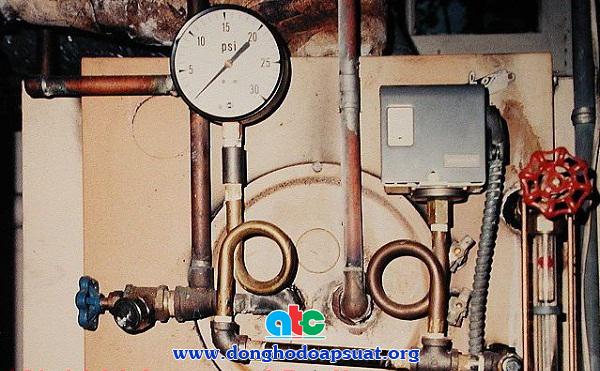 Đồng hồ đo áp suất hơi nóng có lắp đặt ống xy phông