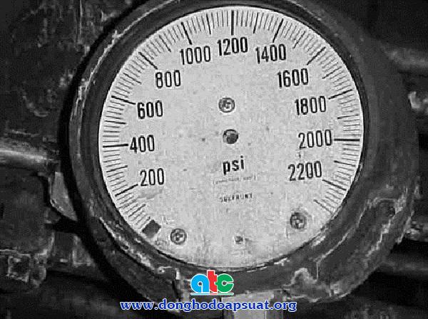 Đồng hồ đo áp suất bị hóa chất ăn mòn