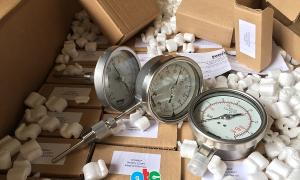 Khui thùng hàng kiểm tra các loại áp kế Fantinelli và nhiệt kế Fantinelli vừa nhập về kho