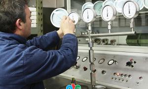 Test áp ở khâu kiểm soát chất lượng đồng hồ đo áp suất trước khi xuất xưởng