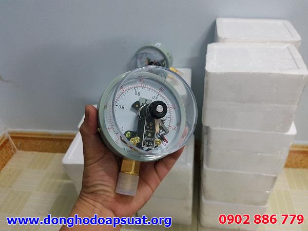 Đồng hồ đo áp suất có tiếp điểm điện, loại 3 kim điều khiển 2 ngưỡng