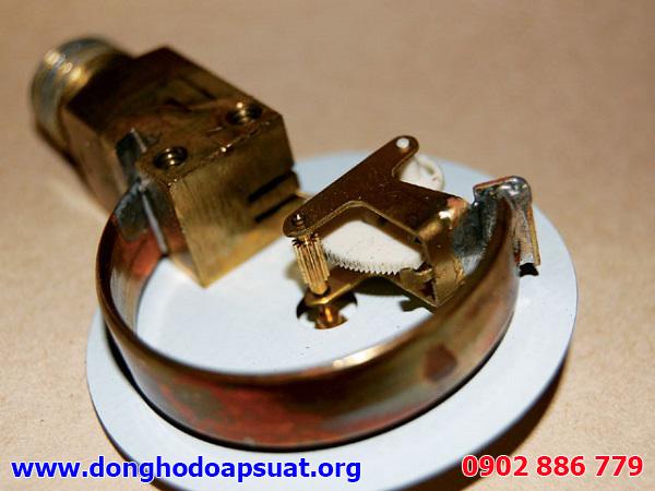 Kiểm tra hư hỏng của đồng hồ đo áp suất bằng cách tháo rời các thành phần chính