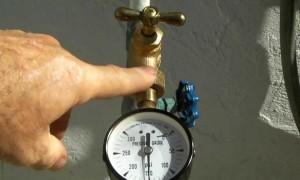Đồng hồ đo áp suất nước thông thường, vỏ thép - chân đồng lắp trên đường ống kèm theo van bi