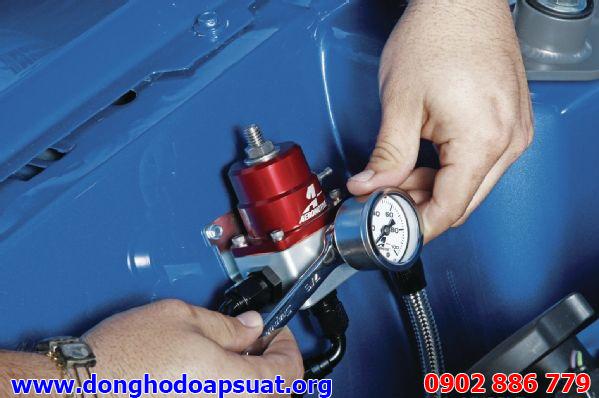 Dùng khóa, cờ lê để lắp đồng hồ đo áp suất nước đúng cách